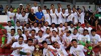 Para pemain Timnas Indonesia U-22 befoto bersama usai memenangi Hamengkubuwono X 2019 di Stadion Mandala Krida, Yogyakarta, Minggu (8/9/2019). (Bola.com/Vincentius Atmaja)