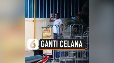 DJ Diplo mengungkapkan pengelaman menariknya saat berada di Bali. Ia berganti celana di sudut sebuah gang gara-gara tidak punya uang untuk membayar sewa toilet.
