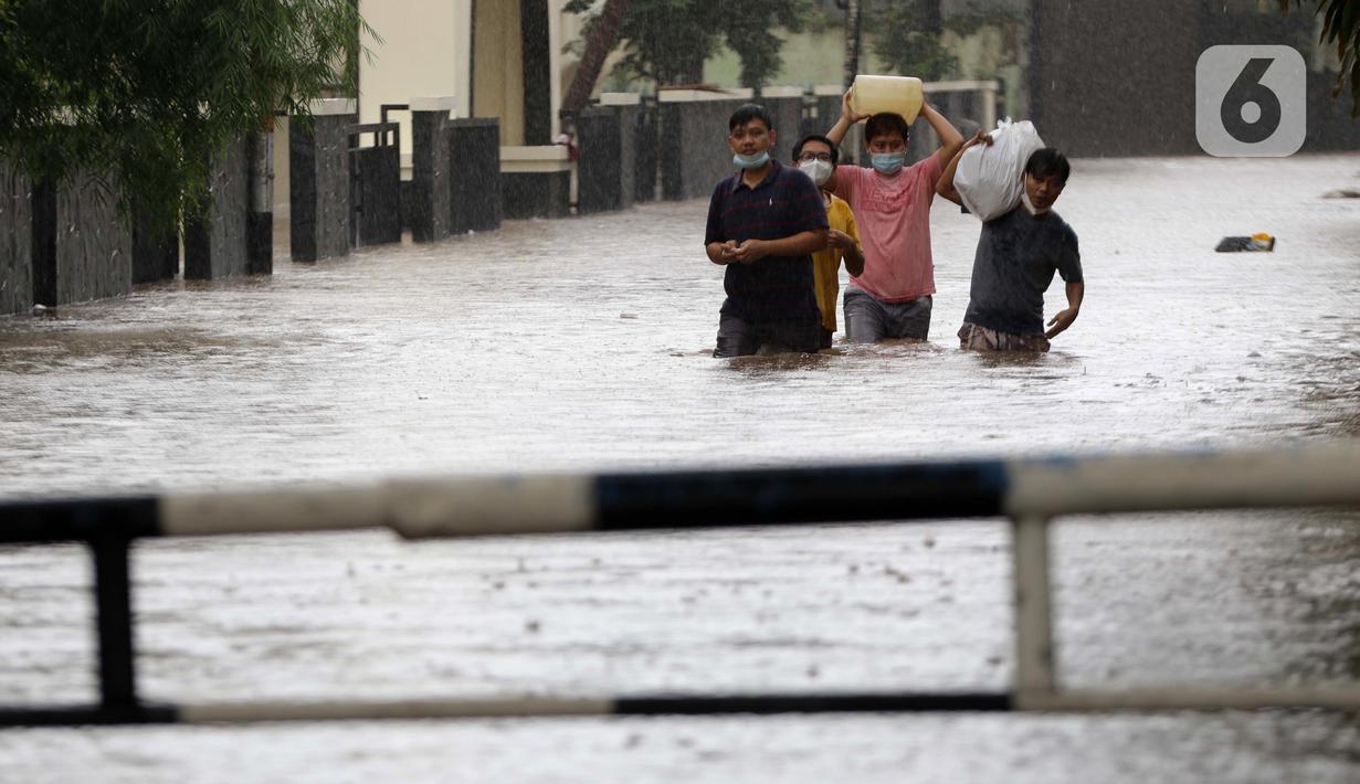 Warga berjalan menyusuri banjir yang menggenangi kawasan Jalan Wolter Monginsidi Jakarta dan sekitarnya, Sabtu (20/2/2021). Hujan yang mengguyur Jakarta sejak Jumat (19/2) membuat sejumlah titik di Jakarta terendam banjir. (Liputan6.com/Helmi Fithriansyah)