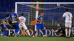 Gelandang AS Roma, Henrikh Mkhitaryan (ketiga dari kiri) mencetak gol ke gawang Parma dalam laga Serie A 2019-20 giornata 31 di Stadion Olimpico, Kamis (9/7/2020) dini hari WIB. AS Roma sukses mengalahkan Parma dengan skor tipis 2-1. (AP Photo/Alessandra Tarantino)