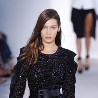 Baru di dunia model, Bella Hadid jatuh sampai cedera di pagelaran busana Michael Kors.