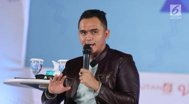 Presenter Valentino menjadi pembicara dalam acara Emtek Goes To Campus (EGTC) 2018 di Universitas Gajah Mada, Yogyakarta, Rabu (17/10). Valentino membagi kisahnya dari pengacara sampai menjadi presenter. (Liputan6.com/Herman Zakharia)