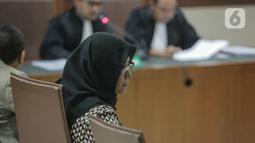 Mirawati Basri saat menjalani sidang  pembacaan dakwaan di Pengadilan Tipikor, Jakarta, Selasa, (31/12/2019). Mirawati Basri didakwa terlibat dalam kasus dugaan suap terkait izin impor bawang putih dari Kementerian Pertanian dan SPI dari Kemendag. (Liputan6.com/Faizal Fanani)
