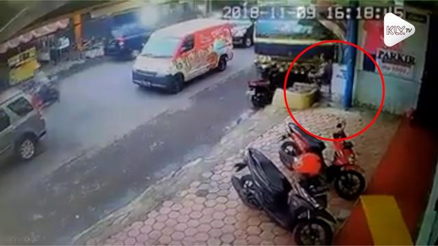 Sebuah rekaman CCTV memperlihatan seorang pria lolos dari maut setelah ditabrak truk. Insiden ini terjadi di Kediri, Jawa Timur.