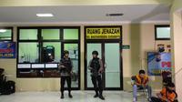 Brimob perketat penjagaan usai janazah seorang terduga teroris dibawa ke RS Bhayangkara (Merdeka.com/Ahda Bayhaqi)