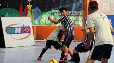 Mitra driver GOJEK sedang bermain futsal dalam acara Festival Olahraga Mitra (FOM) di GOR Tifosi, Jakarta, Minggu (31/3). Festiva digelar untuk mewadahi mitra driver beserta keluarganya dalam menyalurkan semangat kebersamaan dan sportivitas melalui olahraga. (Liputan6.com/HO/Ading)