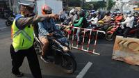 Petugas polisi memberhentikan pengendara motor saat memeriksa kelengkapan STR pada pos  perpanjangan Pemberlakuan Pembatasan Kegiatan Masyarakat (PPKM) Jalan Raya Ir.H.Djuanda, depan Sandratex, Tangerang Selatan, Kamis (15/07/2021). (merdeka.com/Arie Basuki )