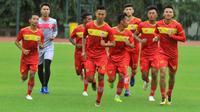 Skuat Kalteng Putra saat berlatih di lapangan UNY, Jumat (8/2/2019). (Bola.com/Vincentius Atmaja).