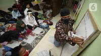Sejumlah siswa belajar kelompok di rumah seorang guru di Desa Curug, Gunung Sindur, Kabupaten Bogor, Jawa Barat, Jumat (21/8/2020). Belajar kelompok tatap muka yang berlangsung di tengah pandemi COVID-19 tersebut digelar dengan mematuhi protokol kesehatan ketat. (merdeka.com/Dwi Narwoko)