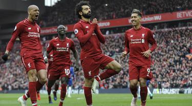 Penyerang Liverpool, Mohamed Salah, melakukan selebrasi usai membobol gawang Chelsea pada laga Premier League di Stadion Anfield, Minggu (14/4). Liverpool menang 2-0 atas Chelsea. (AP/Rui Vieira)