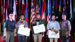 Para pemenang kategori General News berfoto bersama saat penyerahan hadiah Anugerah Pewarta Foto Indonesia (APFI) ke-VI di Gedung Merdeka, Bandung, Jawa Barat, Sabtu (9/4). (Liputan6.com/Immanuel Antonius)