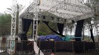 Panggung Bejazz Sodong Culture Symphony rusak diterjang angin langkisau. (Foto: Liputan6.com/BPBD Cilacap/Muhamad Ridlo)