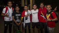 Sejumlah suporter menyambut kedatangan Timor Leste usai melawan Timnas Indonesia pada laga Piala AFF 2018 di Hotel Sultan, Jakarta, Selasa (13/11). Meski kalah para suporter tetap menyambut meriah. (Bola.com/Vitalis Yogi Trisna)