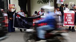 Komite Nasional Solidaritas Rohingya menggelar aksi di depan Kantor Duta Besar Myanmar, Jakarta, Rabu (5/12). Puluhan ribu etnis Rohingya terpaksa mengungsi ke sejumlah negara untuk menghindari konflik. (Liputan6.com/JohanTallo)