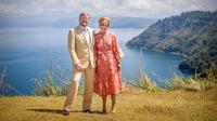 Raja Belanda Willem-Alexander dan Ratu Maxima berfoto di Bukit Singgolom, Desa Lintong Nihuta, Kecamatan Tampahan, Kabupaten Danau Toba. (dok. Instagram @koninklijkhuis/https://www.instagram.com/p/B9n3E5qnHHy/)
