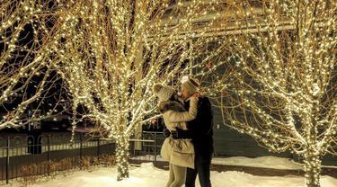 Pemilik nama lengkap Nyimas Shandy Aulia selalu tampak mesra bersama pria yang dinikahinya pada 12 Desember 2011. Saat liburan bersama David Herbowo, pasangan ini selalu tampil mesra, seperti saat mereka berada di hamparan salju Aspen, Colorado. (Liputan6.com/IG/@shandyaulia)