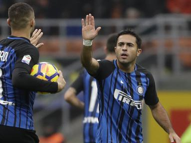 Striker Inter Milan, Eder, merayakan gol yang dicetaknya ke gawang Torino pada laga Serie A Italia di Stadion San Siro, Milan, Minggu (5/11/2017). Kedua klub bermain imbang 1-1. (AP/Luca Bruno)