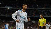 Penyerang Real Madrid, Cristiano Ronaldo melakukan selebrasi usai mencetak gol ke gawang Malaga pada lanjutan La Liga Spanyol di stadion Santiago Bernabeu di Madrid, (25/11). Gol Ronaldo mengantarkan Madrid menang tipis 3-2. (AP Photo / Francisco Seco)