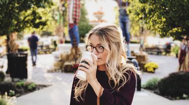 Ilustrasi minum kopi di bulan ramadan