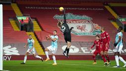 Tampil apik, Caoimhin Kellehe kembali dipercaya untuk tampil saat melawan Wolves di Anfield dengan mencatatkan nirbobol untuk Liverpool. Total, Kelleher tampil sebanyak dua kali dan meraih satu clean sheet di Liga Inggris 2020/2021. (Foto: AFP/Pool/Jon Super)