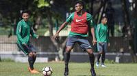 Pemain Timnas Indonesia, Zulfiandi mengontrol bola saat latihan di Lapangan ABC Senayan, Jakarta, Minggu (18/3/2018). Latihan ini merupakan persiapan jelang laga uji coba melawan Singapura. (Bola.com/Vitalis Yogi Trisna)