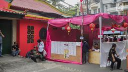 Suasana pencoblosan di TPS 08 Petak Sembilan, Glodok, Jakarta, Rabu (17/4). TPS 08 Petak Sembilan mengambil tema budaya Tionghoa untuk menarik minat pemilih dan menekan angka golput. (Liputan6.com/Faizal Fanani)