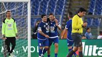 Dua legenda sepak bola, Francesco Totti (tengah) dan Diego Maradona saling merangkul pada laga amal bertajuk 'United for Peace', di Stadion Olimpico, Roma, Kamis (13/10/2016) dini hari WIB.  (EPA/Alessandro Di Meo)