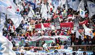 Ribuan buruh dari berbagai elemen melakukan longmarch menuju depan Istana Negara, Jakarta, Kamis (29/9). Dalam aksinya mereka menolak Tax Amnesty serta menaikan upah minumum provinsi (UMP) sebesar Rp650 ribu per bulan. (Liputan6.com/Faizal Fanani)