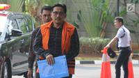 Anggota DPR dari Fraksi Golkar nonaktif Bowo Sidik Pangarso berjalan akan menjalani pemeriksaan di Gedung KPK, Jakarta, Senin (22/7/2019). Bowo Sidik Pangarso diperiksa sebagai tersangka terkait aliran suap dari berbagai instansi kementerian BUMN. (merdeka.com/Dwi Narwoko)