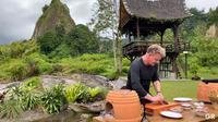 Gordon Ramsay memasak omelette dengan bumbu rendang saat syuting program Gordon Ramsay: Uncharted di Sumatra Barat. (dok. screenshot video YouTube/Gordon Ramsay)