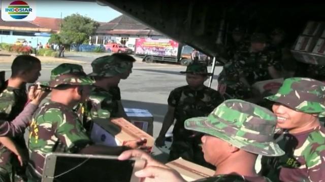 Puluhan personil TNI Angkatan Darat dikerahkan untuk memindahkan ribuan paket bantuan yang akan didistribusikan kepada warga Lombok.