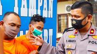 Kepala Polsek Tampan Kompol Hotmartua Ambarita berbincang dengan jambret yang menewaskan emak-emak di Pekanbaru. (Liputan6.com/M Syukur)