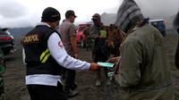 Polres Probolinggo bagikan masker di kawasan wisata Gunung Bromo (Dian Kurniawan/Liputan6.com)