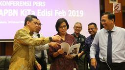 Menkeu Sri Mulyani berbincang dengan Dirjen saat konferensi pers APBN KiTa Edisi Feb 2019 di Jakarta, Rabu (20/2). Realisasi defisit APBN pada Januari lebih tinggi dari periode yang sama tahun lalu mencapai Rp37,7 triliun. (Liputan6.com/Angga Yuniar)