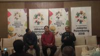 Ketua INASGOC, Erick Thohir (tengah), didampingi Wakil Ketua, Sjafrie Sjamsoeddin (kiri), dan Sekjen Eris Herryanto dalam acara silaturahmi dengan para pemimpin redaksi media di Hotel Sultan, Jakarta, Senin (5/6/2017). (Bola.com/Darojatun)