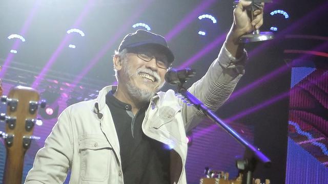 Iwan Fals menerima Lifetime Achievement SCTV Music Awards 2019