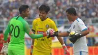 Kurniawan Kartika Ajie Kartika Ajie (tengah) ketika reuni dengan Satria Tama dalam uji coba Arema melawan Timnas Indonesia U-22. (Bola.com/Iwan Setiawan)