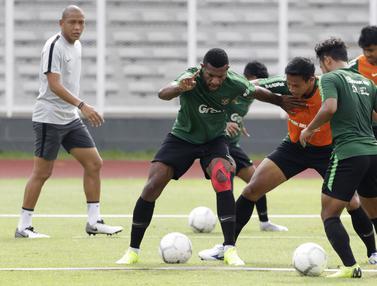 Pemain Timnas Indonesia U-22, Marinus Wanewar, berebut bola dengan Andy Setyo. (Bola.com/Yoppy Renato)