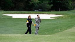 Penyidik tiba di lokasi jatuhnya helikopter Blackhawk UH-60 milik Angkatan Darat AS di sebuah lapangan golf di Maryland Selatan, Senin (17/4). Blackhawk UH-60 adalah helikopter serba-guna yang digunakan dalam serangan udara. (AP Photo/Alex Brandon)