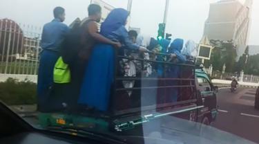 Puluhan anak yatim pulang sekolah ditumpuk sopir kendaraan barang usai dijemput pulan sekolah.