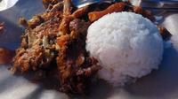 Gudeg geprek Yogyakarta merupakan inovasi gudeg yang dicampur dengan ayam geprek