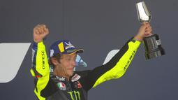 Pembalap Monster Yamaha, Valentino Rossi, merayakan kemenangan di atas podium usai menjuarai MotoGP Andalusia di Sirkuit Jerez, Minggu (26/7/2020). Fabio Quartararo berhasil finis pertama dengan catatan waktu 41 menit 22,666 detik. (AP Photo/David Clares)