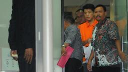 Pengusaha Andrew Hidayat saat keluar dari gedung KPK usai menjalani pemeriksaan, Jakarta, Sabtu (11/4/2015), dini hari. Andrew ditangkap KPK bersama barang bukti uang senilai  US$ 90.000. (Liputan6.com/Herman Zakharia)