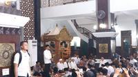Presiden Jokowi membagikan sertifikat tanah wakaf bagi rumah ibadah dan pondok pesantren di Ngawi, Jawa Timur. (Liputan6.com/Lizsa Egeham)