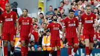 Pemain Liverpool Mohamed Salah (tengah) merayakan setelah mencetak gol ketiga timnya ke gawang Arsenal saat bertanding dalam Liga Inggris di Stadion Anfield, Liverpool, Inggris, Sabtu (24/8/2019). Liverpool menang 3-1 dan kukuh di puncak klasemen sementara. (AP Photo/ Rui Vieira)
