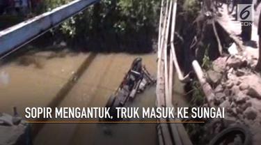 Sebuah truk masuk sungai sedalam 4 meter di Cikidang, Sukabumi. Kejadian ini diduga akibat sopir mengantuk.