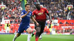 Aksi Romelu Lukaku dikawal Cesar Azpilicueta pada laga lanjutan Premier League yang berlangsung di Stadion Stamford Bridge, London, Minggu (29/4). Chelsea imbangi Man United 1-1. (AFP/Paul Ellis