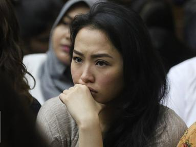Sandy Salihin, kembaran Wayan Mirna Salihin, serius menyaksikan jalannya sidang lanjutan kasus kopi beracun di PN Jakarta Pusat, Rabu (3/8). Kasus dengan terdakwa Jessica Kumala Wongso tersebut memasuki sidang kesembilan. (Liputan6.com/Immanuel Antonius)