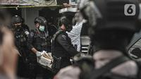 Tim Gegana mengamankan barang bukti dari penggerebekan rumah milik terduga teroris di kawasan Condet, Jakarta, Senin (29/3/2021). Barbuk antara lain 5 bom aktif dan jenis bom sumbu yang siap digunakan, 5 toples bahan peledak serta bom yang siap digunakan seberat 1,5 kg. (merdeka.com/Iqbal S Nugroho)