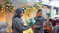 Gelandang Timnas Indonesia, Evan Dimas Darmono, melamar kekasihnya tepat di penghujung 2019. (Bola.com/Aditya Wany)
